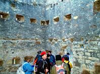 Interior de la Torre del Clos on podem apreciar els forats per a les bigues i les espitlleres