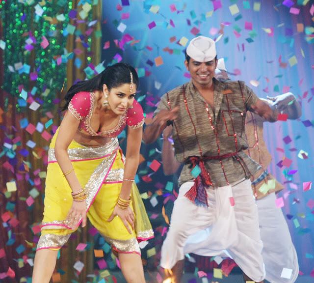 Katrina Kaif Big Boobs Show in Banding Post in Chikni Chameli Song