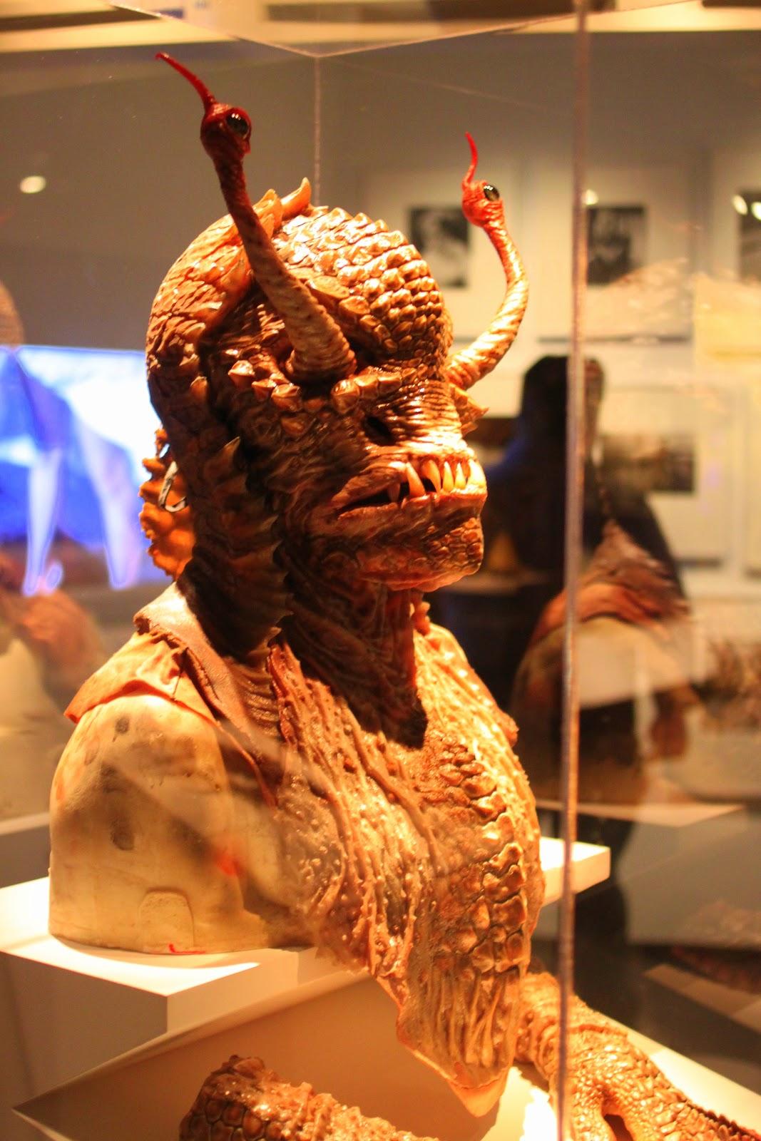 http://2.bp.blogspot.com/-F18koLYCrHk/UI2DTtaQlDI/AAAAAAAAESc/s_I3URqAfqs/s1600/men_in_black_mask.JPG