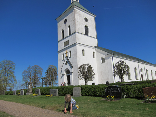 Mose framför kyrkan