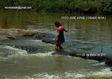 Crianças se arriscam atravesando rio em Estancia-se