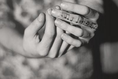 TATTOO TATUAJE NOTAS MUSICALES EN EL DEDO