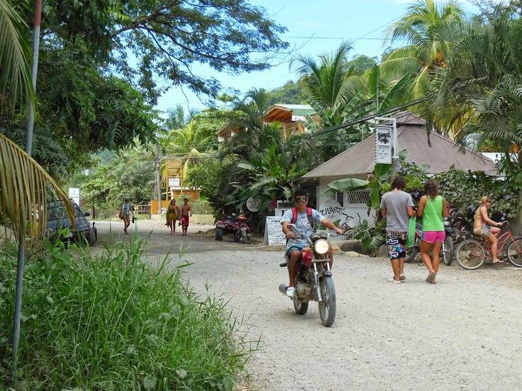 Calle Principal de Santa Teresa, Península de Nicoya, Costa Rica.