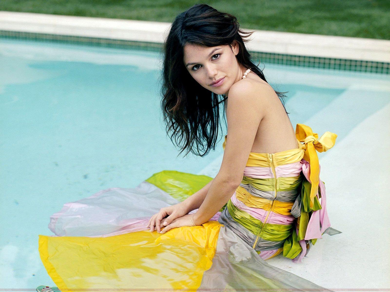 http://2.bp.blogspot.com/-F25RAT3PAVo/TjLURAeJTiI/AAAAAAAAH6Q/3dU7N6NveCI/s1600/rachel_sarah_bilson_resting_on_pool.jpg