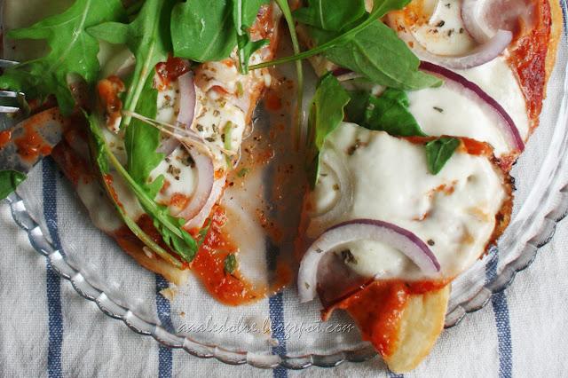 pizza z mozarella i rukola bez pieczenia aaaledobre.blogspot.com