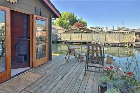 small scale homes 750 square foot seattle area house boat. Black Bedroom Furniture Sets. Home Design Ideas