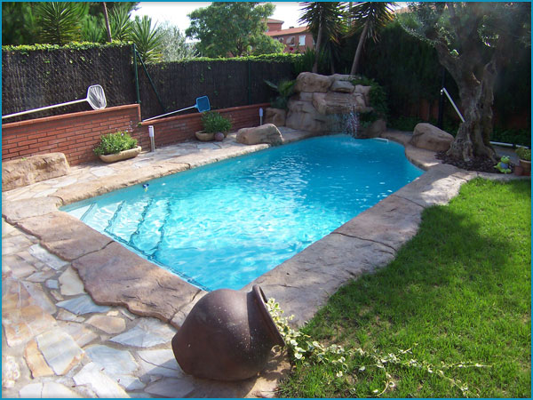 Banco de im genes 270 fotos de albercas y jardines con - Piedra artificial para piscinas ...