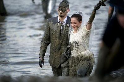 Жених на свадьбе упал в грязь ничком после крика фотографа: «Теща слева!»