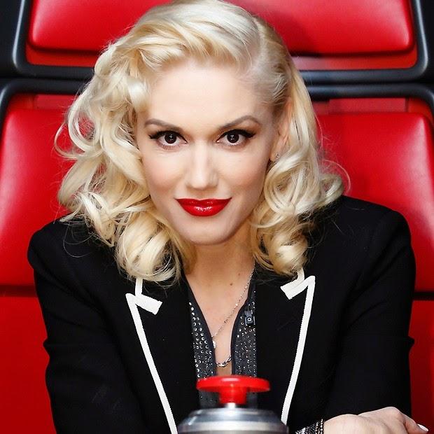 Cantora Gwen Stefani explicou o que faz para aplicar o batom vermelho com perfeição