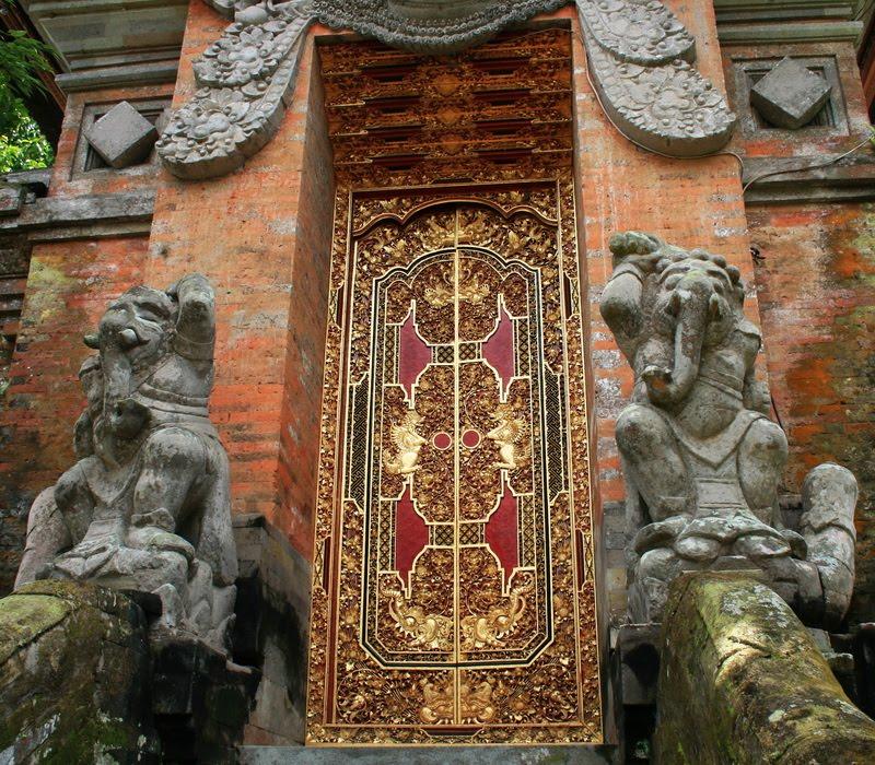 Balinese doors have no inidual character such as on the island of Zanzibar. & W Tajlandii i Indonezji: Balinese red gold door in Ubud.