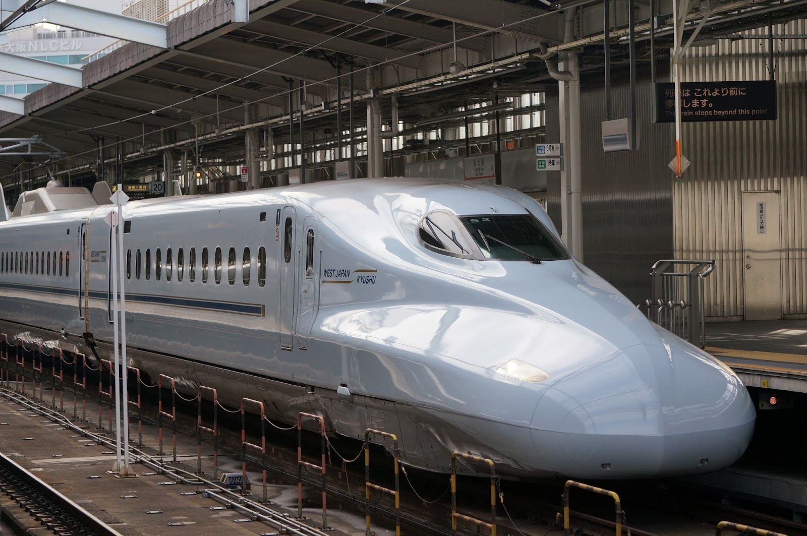新大阪駅に停車中のN700系