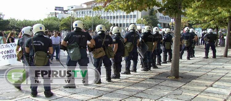 ΗΠΕΙΡΟΣ:Ορκωμοσία του Περιφερειακού Συμβουλίου ,με ΜΑΤ και αντιφασιστικές διαδηλώσεις.Ο Μητροπολίτης Ιωαννίνων συνομίλησε με τους διαδηλωτές(ΦΩΤΟ - VIDEO)