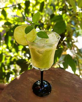 Um refrescante coquetel de uvas verdes com limão e manjericão