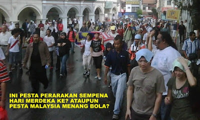 Ini gaya orang2 sedang merusuh ke? Sedang pergi perang?? Kelakar lah! (Do these people look like rioting? Going to war?? That's funny!) www.klakka-la.blogspot