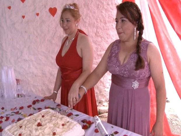 Presas cortam o bolo e comemoram a união estável na unidade prisional. (Foto: Reprodução/TV Vanguarda)