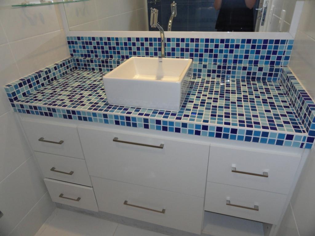 Banheiro Suíte As Pastilhas de vidro foram colocadas sobre antiga  #2D4563 1024x768 Bancada Banheiro Teca