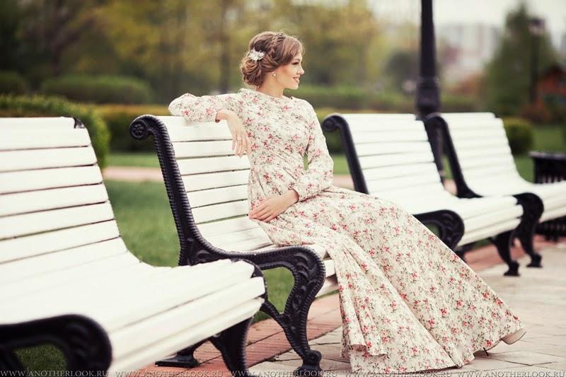 девушка в платье сидит на лавочке