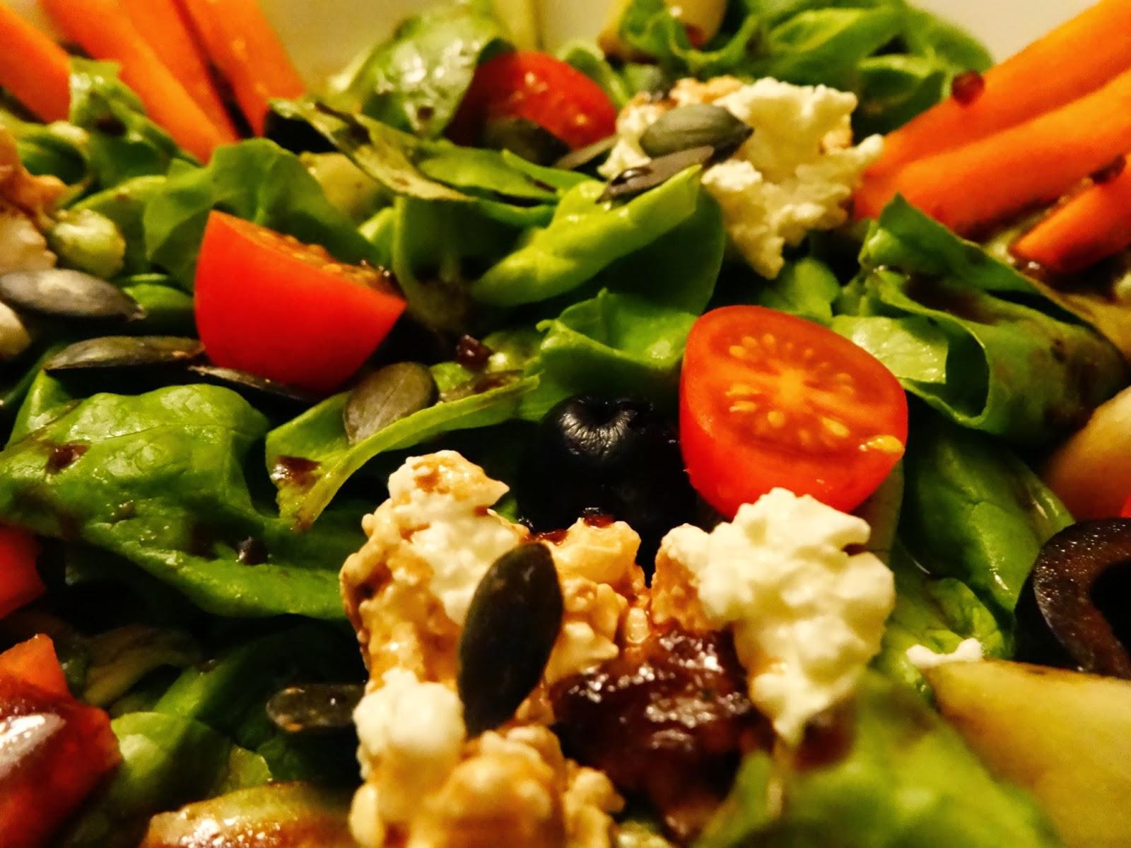 Mediterraner Blattsalat mit Kürbiskernen und Oliven