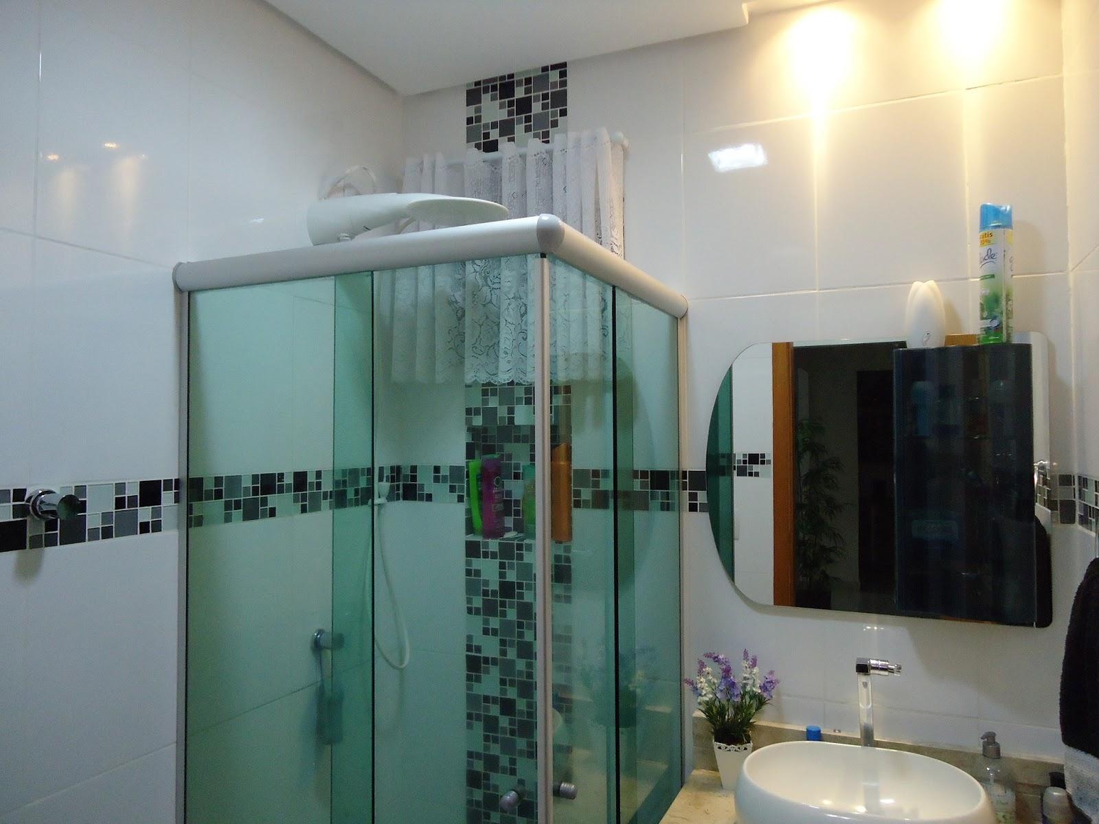 Realizando a Reforma: O Antes e o depois de um pequeno banheiro  #846E47 1600x1200 Antes E Depois De Banheiros Pequenos