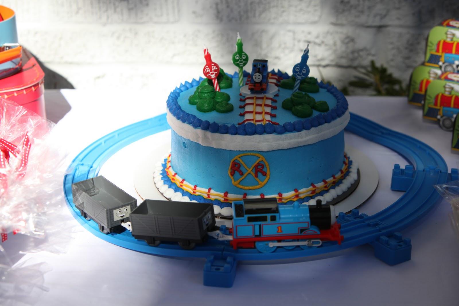 thomas the train birthday party thomas the train themed party birthday party ideas. Black Bedroom Furniture Sets. Home Design Ideas