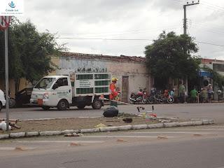 Trabalhador da limpeza urbana na Av. Aílton Gomes.