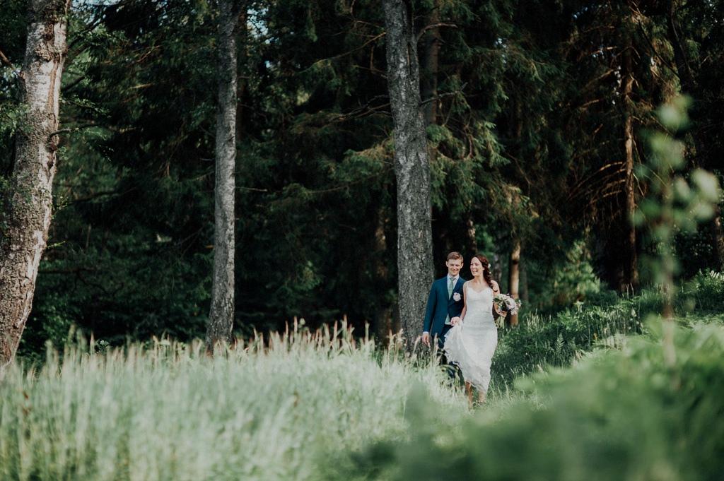Sofie och Erik är på väg till vigseln under eken