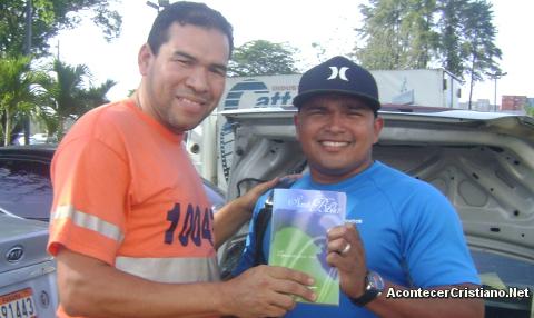 Sociedad Bíblica en Panamá reparte Biblias a trabajadores portuarios