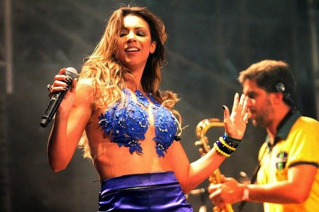 Vocalista do Cheiro de Amor, faz show com um shortinho e top