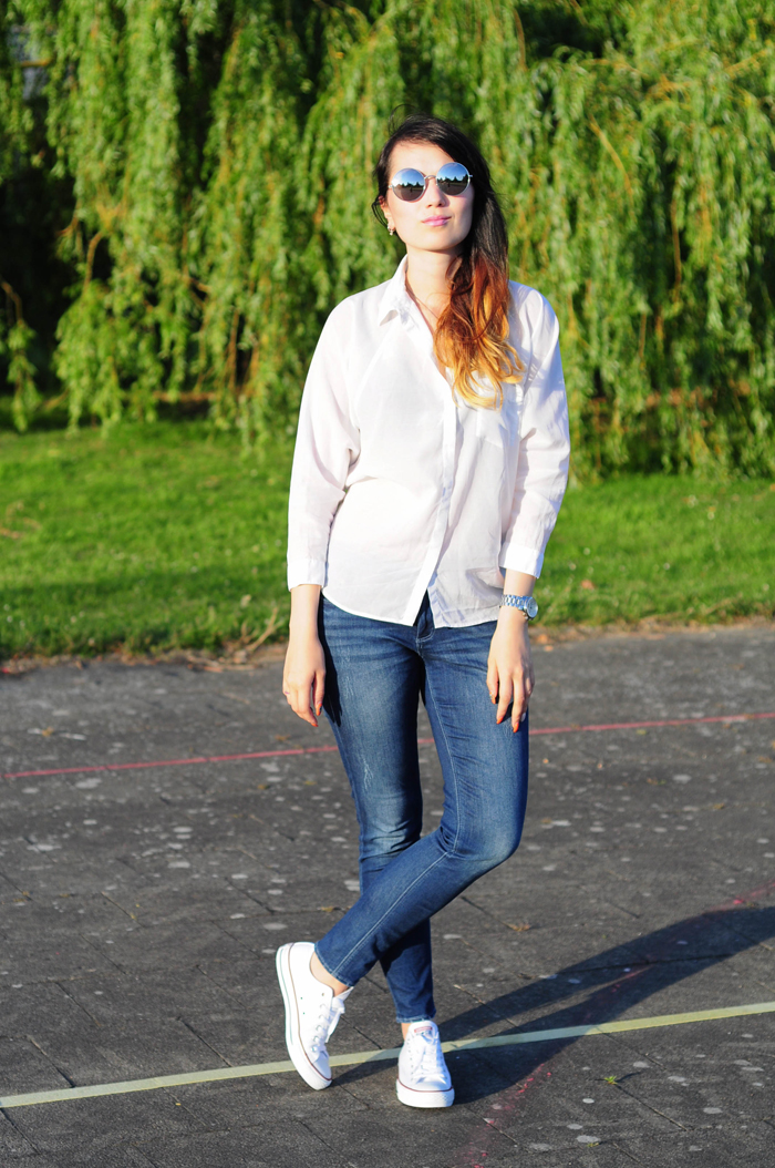 Blue jeans, white shirt.