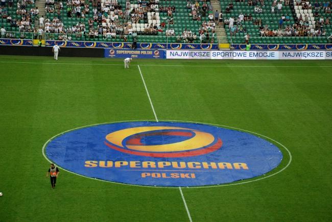 Reklama Superpucharu Polski na boisku - fot. Tomasz Janus / sportnaukowo.pl
