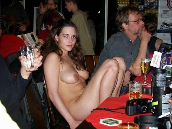 mulher sem roupa em meio a pessoas vestidas
