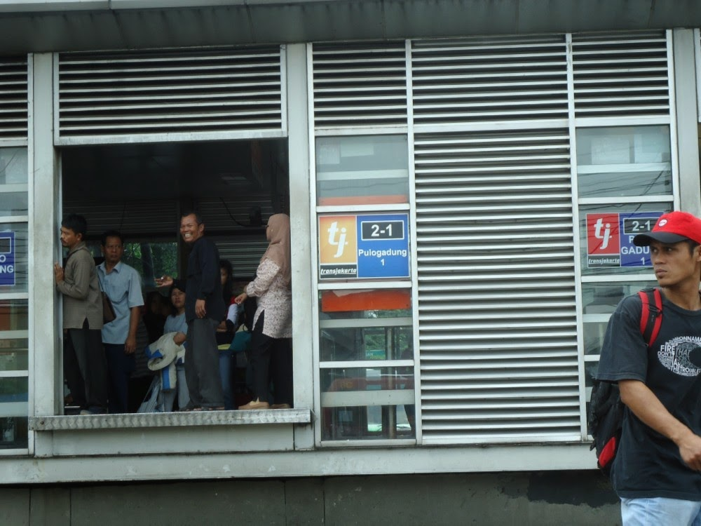 Nunggu Busway di Halte Bus Transjakarta atau Busway