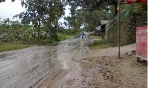 Untuk membersihkan tumpukan abu vukanik di jalanan parir di bendung di buat banjir ke jalanan