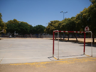 Una pista de cemento de fútbol sala con dos canchas de baloncesto cruzadas horizontalmente