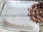 Prajitura cu menta, ciocolata si nuca de cocos preparare reteta glazura - radem ciocolata si o punem in tava
