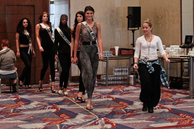 Miss Universe 2011 Contestants exercises10