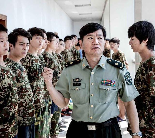 Tentativa de corrigir os jovens viciados usa disciplina militar na China.