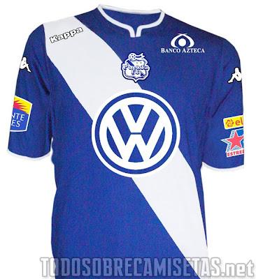 73089b6c89d El jersey de visita recupera un estilo más clásico para el club  azul con  vivos blancos incluida la banda diagonal. Se repite lo mismo que vimos para  la ...