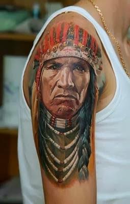 Tatuagem de indio em 3d no braço e ombro