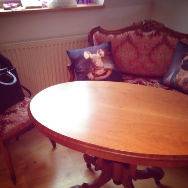 Fräulein Bergers größter Stolz: das Barock-Sofa mit Zubehör