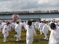 大勢の観衆は橋上で、神輿は女性の方もおった
