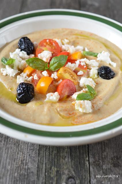 Crema-fredda-di-melanzane-e-yogurt-con-feta-olive-e-pomodorini