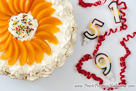 Tort z brzoskwiniami i kremem