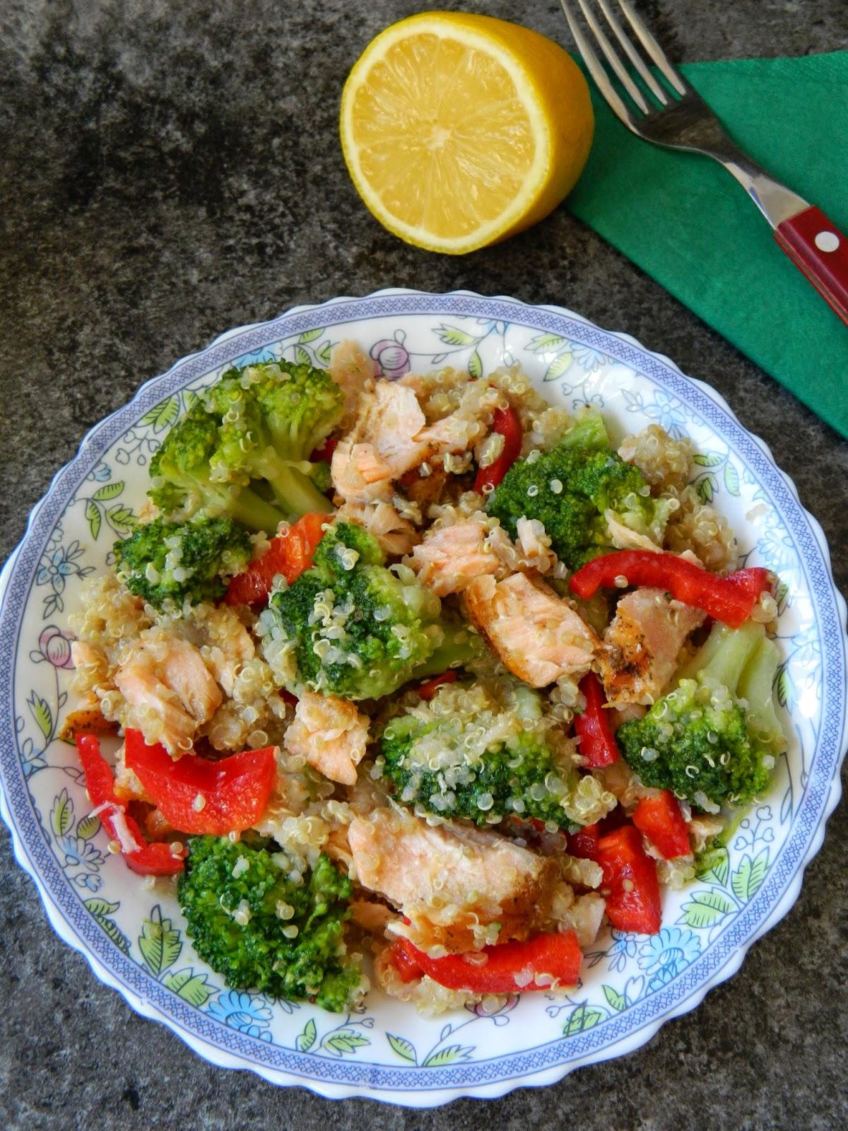 Salata de quinoa cu   broccoli si somon