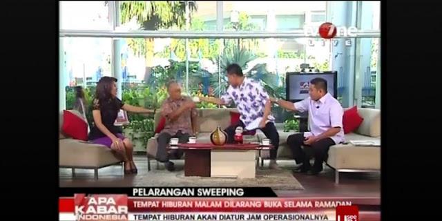 Foto Munarman menyiram Tamrin Amal Tomagola di Acara Live TV One
