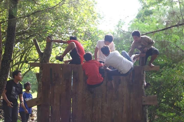 Kayak tentara melewati rintangan tembok