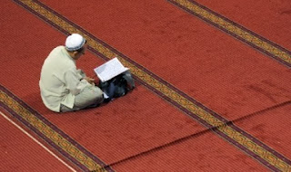 Muslim baca Qur'an (foto AFP)