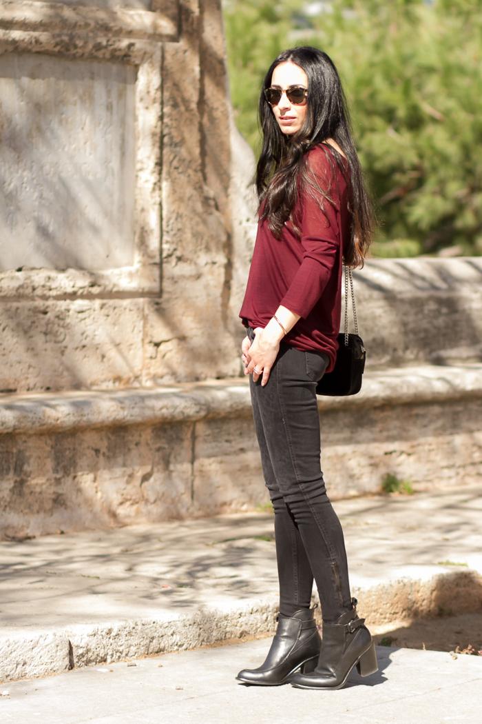 Estilo rock, con pantalones vaqueros leopardo y botines con hebillas de Zara