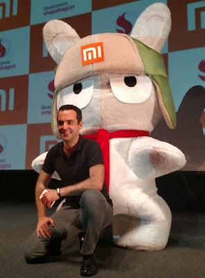 Hugo Barra e o mascote da Xiaomi durante o evento de lançamento da empresa no Brasil