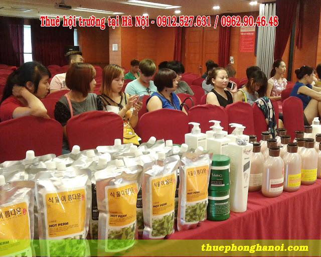 Các sản phẩm chăm sóc và làm tóc được trưng bày để giới thiệu tới khách hàng